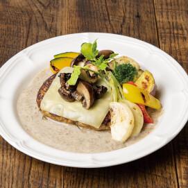 グリル野菜のチーズハンバーグ マッシュルームクリームソース トリュフ風味(ライスまたはパン付き) 【価格:1,480円(税込)】