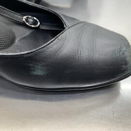 店頭にて革靴の傷補修