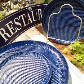 鮮やかなブルーで食卓を華やかに