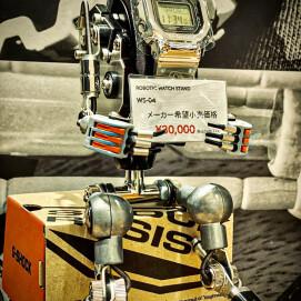 ロボット型ウォッチスタンド登場
