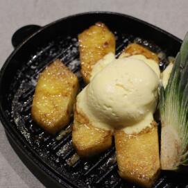 焼きパイナップルとバニラアイス